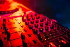Miscelatore per musica nel primo piano del DJ del night-club Immagine Stock Libera da Diritti