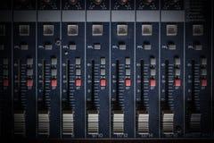 Miscelatore in pieno dei bottoni e delle manopole Fotografia Stock
