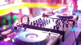 Miscelazione del DJ al night-club stock footage