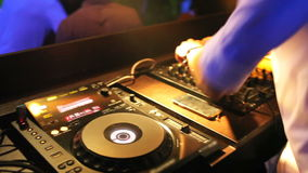 Miscelazione del DJ al night-club archivi video