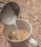 Miscelazione del latte e del caffè espresso Fotografia Stock