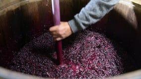 Miscelazione del vino nel barilotto durante il processo di fermentazione stock footage