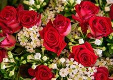 Misch-boquet mit roten Rosen Stockbild