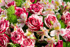 Misch-boquet von rot-und-weißen Rosen und von Lilien Stockbild