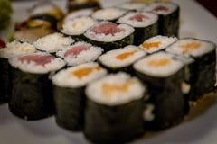 Misch-maki und Sushi am japanischen Restaurant Lizenzfreies Stockbild