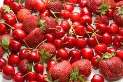 Mischbeeren - Erdbeeren und Kirschen Lizenzfreies Stockbild
