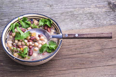 Mischbohnensuppe mit frischem Koriander lizenzfreie stockfotos