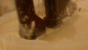 Mischen in einem Berufsschokoladenhersteller stock video footage