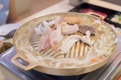 Mischen Sie das Fleisch auf dem Grillwannenmessing Im Mall Stockfotografie