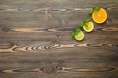 Mischen Sie frische Frucht der Zitrusfrucht auf dem weißen Holztisch stockfotografie