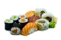 Mischen Sie Lachsthunfisch und Garnele nigiri Sushi maki hoso-maki, das auf weißem Hintergrund lokalisiert wird lizenzfreies stockfoto
