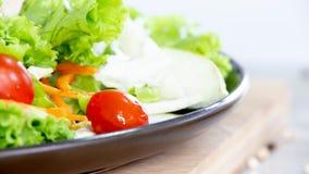 Mischen Sie Obst und Gemüse, Mischung der gesunden Ernährung des Frischgemüsesalats, der auf Holztisch überstiegen wird stockfotografie