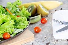Mischen Sie Obst und Gemüse, Mischung der gesunden Ernährung des Frischgemüsesalats, der auf Holztisch überstiegen wird stockfotos