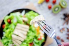 Mischen Sie Obst und Gemüse, Mischung der gesunden Ernährung des Frischgemüsesalats, der auf Holztisch überstiegen wird stockfoto