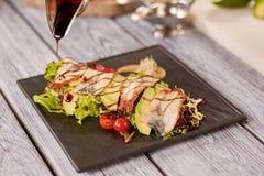 Mischen Sie Salat mit Aal-, Avocado- und Nusssoße Stockfoto