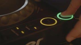 Mischen Sie und verkratzen Sie, Hände von einem DJ auf Vinyl stockfoto