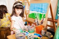 Mischen von etwas Farben im Kunstunterricht lizenzfreies stockbild