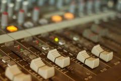 Mischende Audiokonsole, Faders und Justage Stockfotos