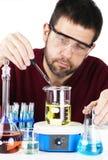 Mischende Chemikalien des Wissenschaftlers Stockbilder