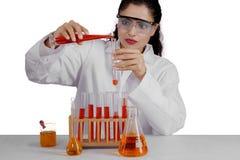 Mischende Chemikerflüssigkeit des indischen Wissenschaftlers auf Studio Stockbild