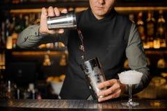 Mischende Getränke des Barmixers für die Herstellung eines Cocktails Lizenzfreie Stockbilder
