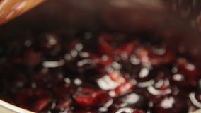 Mischende Kirsche mit Zucker und dem Kochen des Käsekuchens stock video