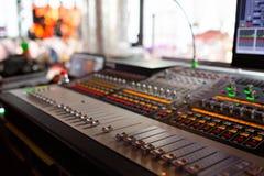 Mischende Konsole des hellen Ausrüstungsbetreibers am Konzert Mischender Schreibtisch des soliden Tonstudios mit Ingenieur oder M lizenzfreies stockbild