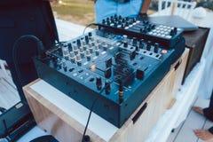 Mischende Konsole DJ am Sommerfest lizenzfreie stockfotos