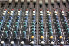 Mischende Konsole für Mikrofon Tonausr?stung stockbilder