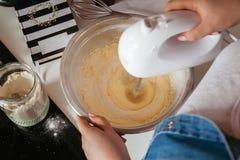 Mischende Muffin-Kuchen-Mischung Lizenzfreie Stockfotos