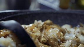 Mischende Nudel mit süßer Soße durch Flipper Nah oben von rechts nach links stock video