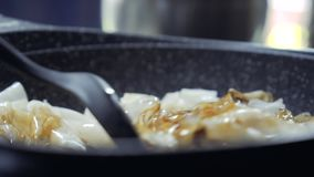 Mischende Nudel mit süßer Soße durch Flipper Pan Left rechts stock video footage