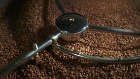 Mischende Röstkaffeebohnennahaufnahme in 4k stock video