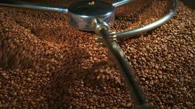 Mischende Röstkaffeebohnennahaufnahme in 4k stock footage