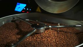 Mischende Röstkaffeebohnennahaufnahme in 4k stock video footage