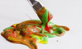 Mischende verschiedene Farben der Acrylfarbe Stockfotos