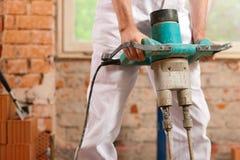 Mischender Beton des Bauarbeiters Stockfoto