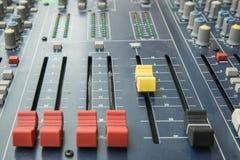 Mischender Brettfader und -griffe des Audiomischers Lizenzfreies Stockbild