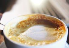 Mischender organischer Zucker in eine Schale Lattekaffee, Zeitlupe lizenzfreie stockfotografie