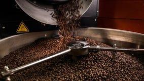 Mischender Röstkaffee stock footage