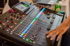 Mischender Schreibtisch des soliden Tonstudios mit Ingenieur oder Musikproduzenten Stockfotografie