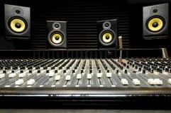 Mischender Schreibtisch mit Lautsprechern Lizenzfreie Stockbilder