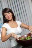 Mischender und werfender Salat der hispanischen Frau Lizenzfreies Stockbild