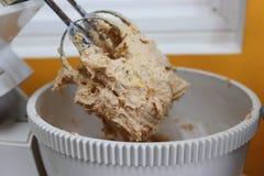 Mischendes Ei, Mehl und Zucker in der Schüssel mit Elektromixer lizenzfreies stockbild