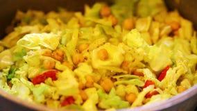 Mischendes Gemüseteller sabzi stock footage