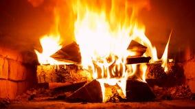 Mischendes Holz-Brennen im russischen Ofen stock video