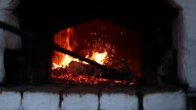 Mischendes Holz-Brennen im russischen Ofen stock video footage