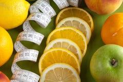 Mischfrüchte und Bandmaß Stockbild