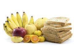 Mischfrüchte und Brot auf weißem Hintergrund Lizenzfreies Stockfoto