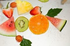 MISCHfrucht-SPRITZEN IN WASSER stockfotografie
